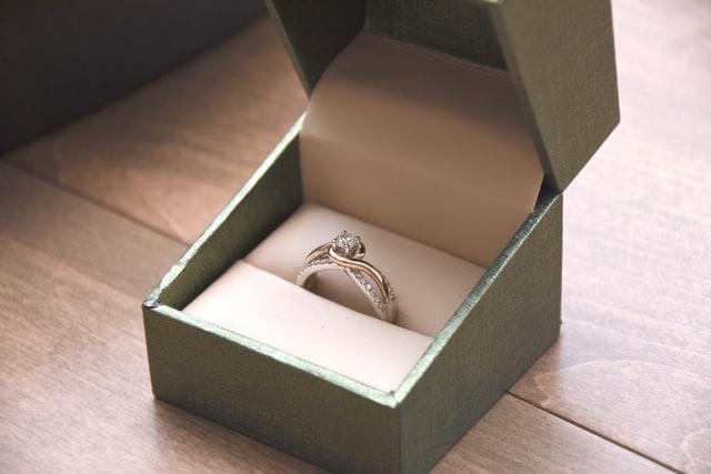 כיצד לנקות את טבעת האירוסין